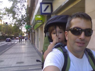 de paseo a espaldas de papá