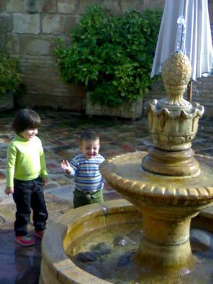 Jugando con Jaime en una fuente